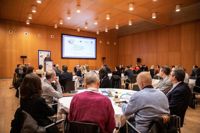 Los participantes fueron divididos en distintas mesas para facilitar el trabajo por grupos.