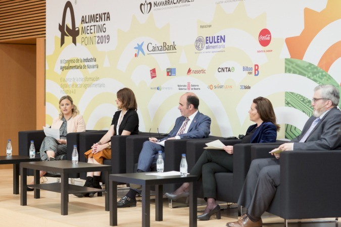 De izq. a dcha. Sandra Aguirre (Nagrifood); Rocío Wojski (Ministerio de Agricultura); Manu Ayerdi (Gobierno de Navarra); Ana Díez Fontana (CaixaBank); y Tito Navarro (NavarraCapital.es)