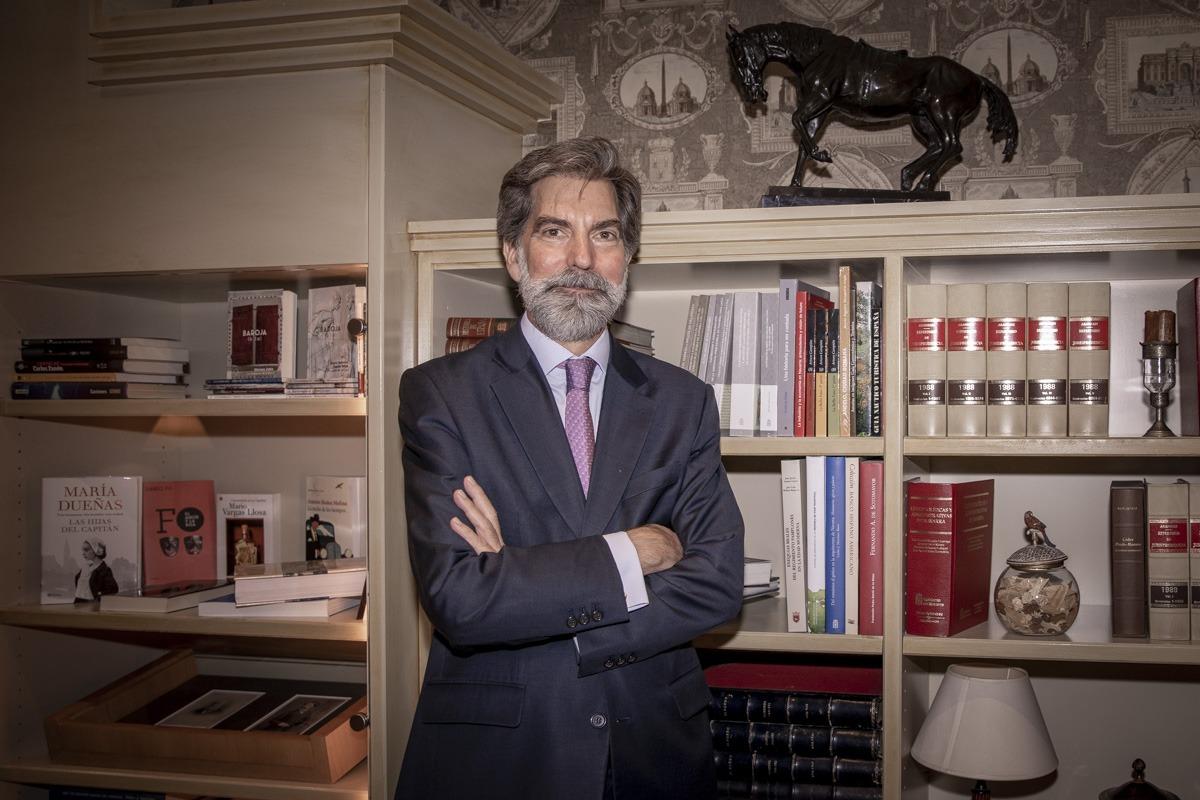 Ernesto de Zulueta Habsburgo-Lorena, en uno de los salones del Gran Hotel La Perla.