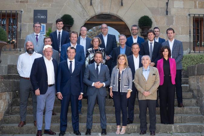 Foto de Familia de los participantes en el primer 'ForoEmpresas' de Hotel Pamplona El Toro con el presidente de Faconauto, Gerardo Pérez (FOTOS: Eduardo Sanz)