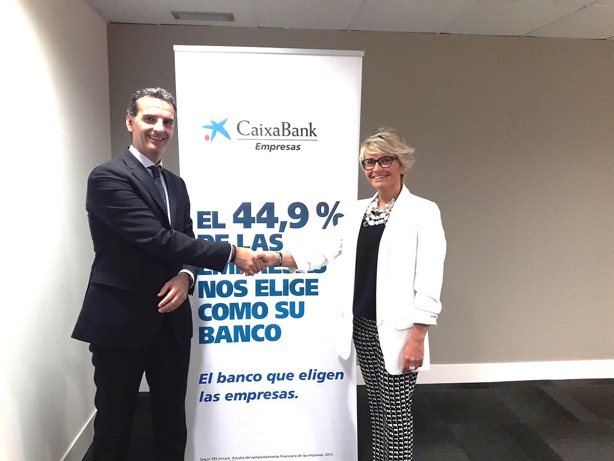 Silvia Ezquerra, presidenta de Talleres Ezquerra Seamers S.L. y Sommetrade S.L. y José Luis Larríu, director de Banca de Empresas de CaixaBank en Navarra.