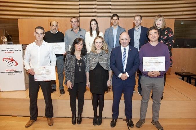 El vicepresidente Ayerdi y la directora general, Izaskun Goñi posan con los representantes de las empresas reconocidas.