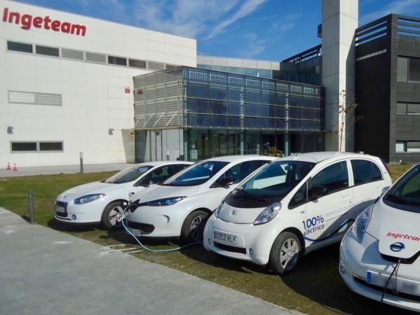 La planta de Ingeteam en Sarriguren, con varios vehículos eléctricos cargándose en los puestos que fabrican. (FOTOS: Cedidas por Ingeteam)