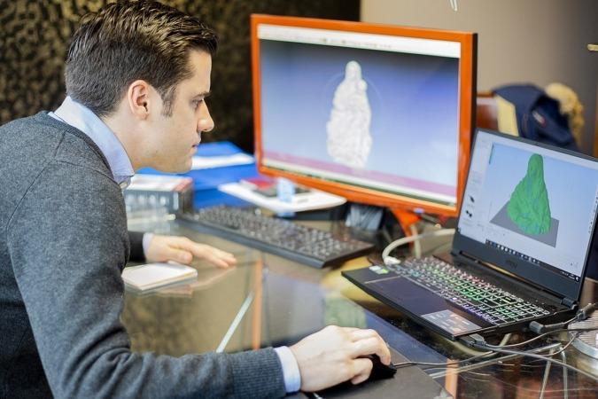 Javier Echarte, durante el proceso de digitalización.