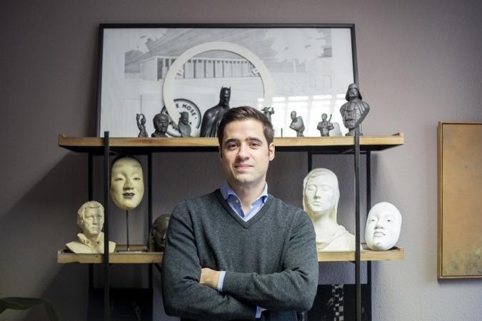 Javier Echarte, con varias piezas realizadas con impresión 3D.