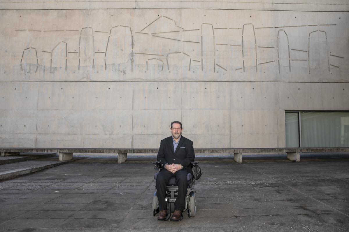 Javier Miranda, en el exterior de Civican, sede de la Fundación Caja Navarra.