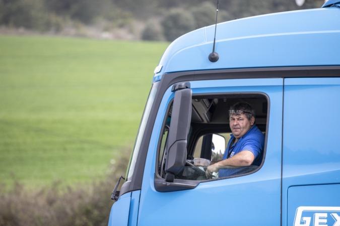Manuel Pavón, comiendo su menú en la cabina del camión.