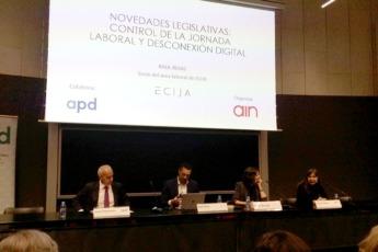 Jesús Pejenaute de APD, Raúl Rojas de Écija, María Marqués de Écija y Susana Otazu de AIN ante el público asistente.