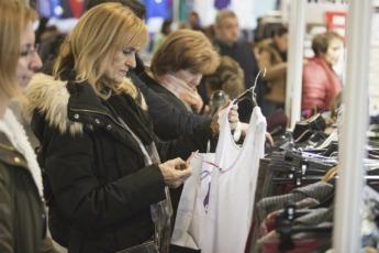 Las compras por Internet aún no han desbancado a las que se realizan en los comercios.