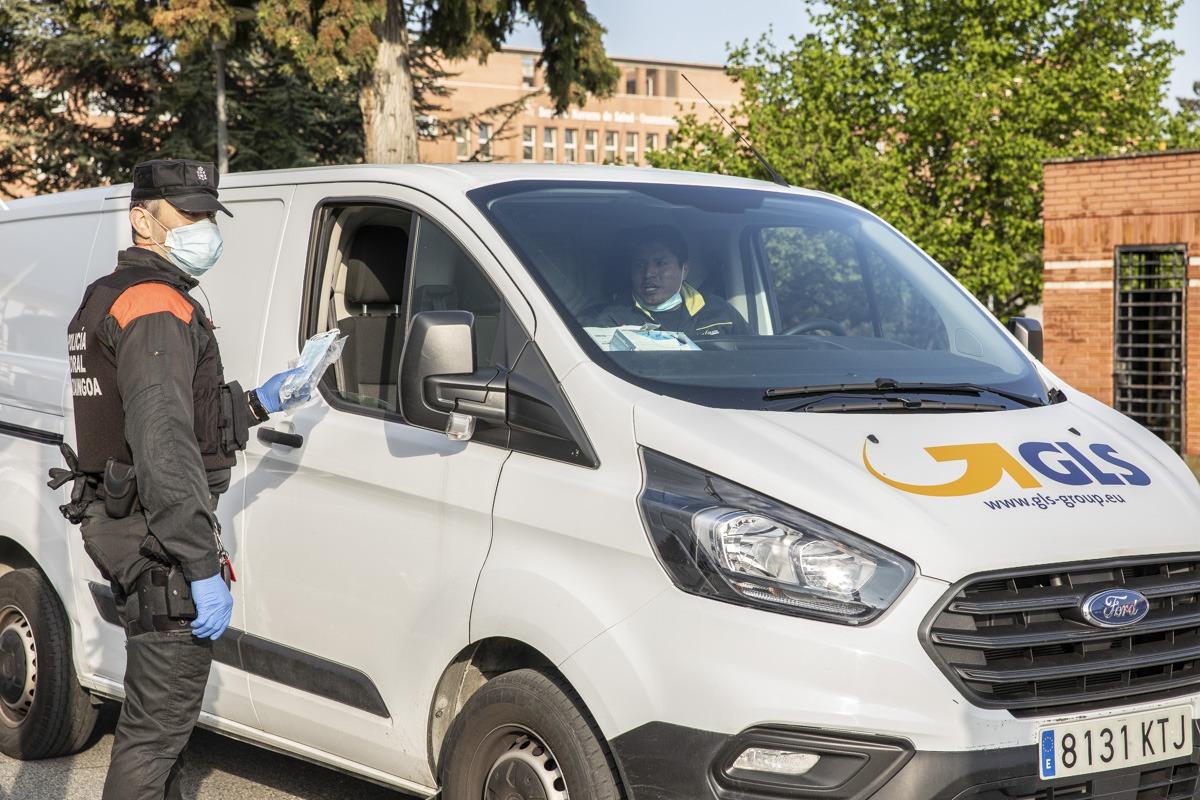 Entrega de mascarillas a trabajadores en las inmediaciones del Complejo Hospitalario de Navarra.