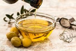 La Guía EVOOLEUM recoge un listado de los 100 mejores aceites de oliva virgen extra del mundo.