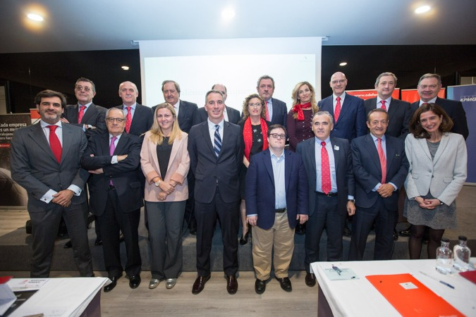 Foto de familia con la junta directiva de ADEFAN así como los miembros de Banco Santander, KPMG y los ponentes invitados a la Asamblea General de 2017 entre los que destaca el primer universitario con síndrome de Down Pablo Pineda. (FOTO: Víctor Rodrigo)