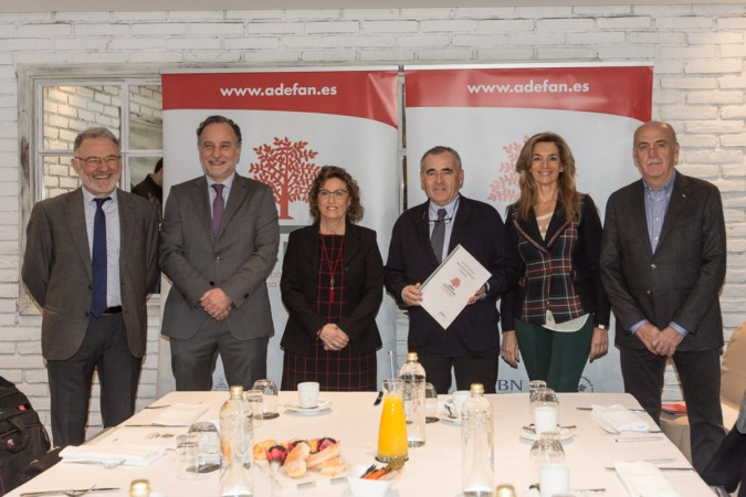De I a D: José Antonio Arrieta y José Ignacio Pérez de Albeniz (ARPA Abogados); Marisa Sainz (directora ADEFAN); Francisco Esparza (presidente); María José Beriáin, José Joaquín Senosiáin (vocales ADEFAN). (FOTOS: Víctor Rodrígo).