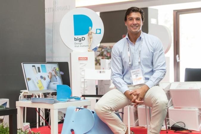 Adrián Larripa en el stand de su empresa en la reciente Innovaction Week. Fotos: Víctor Rodrigo.