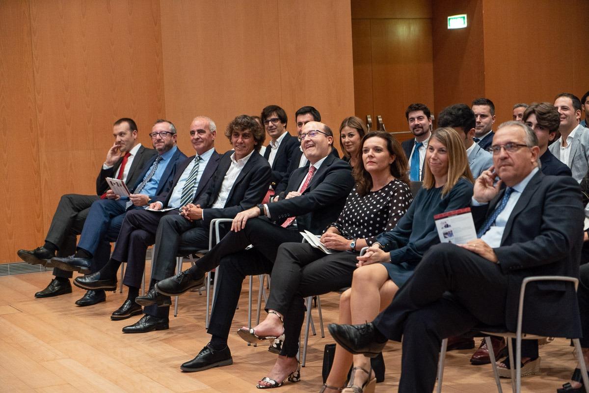 El alcalde de Pamplona, Enrique Maya, junto a representantes del mundo empresarial y financiero.