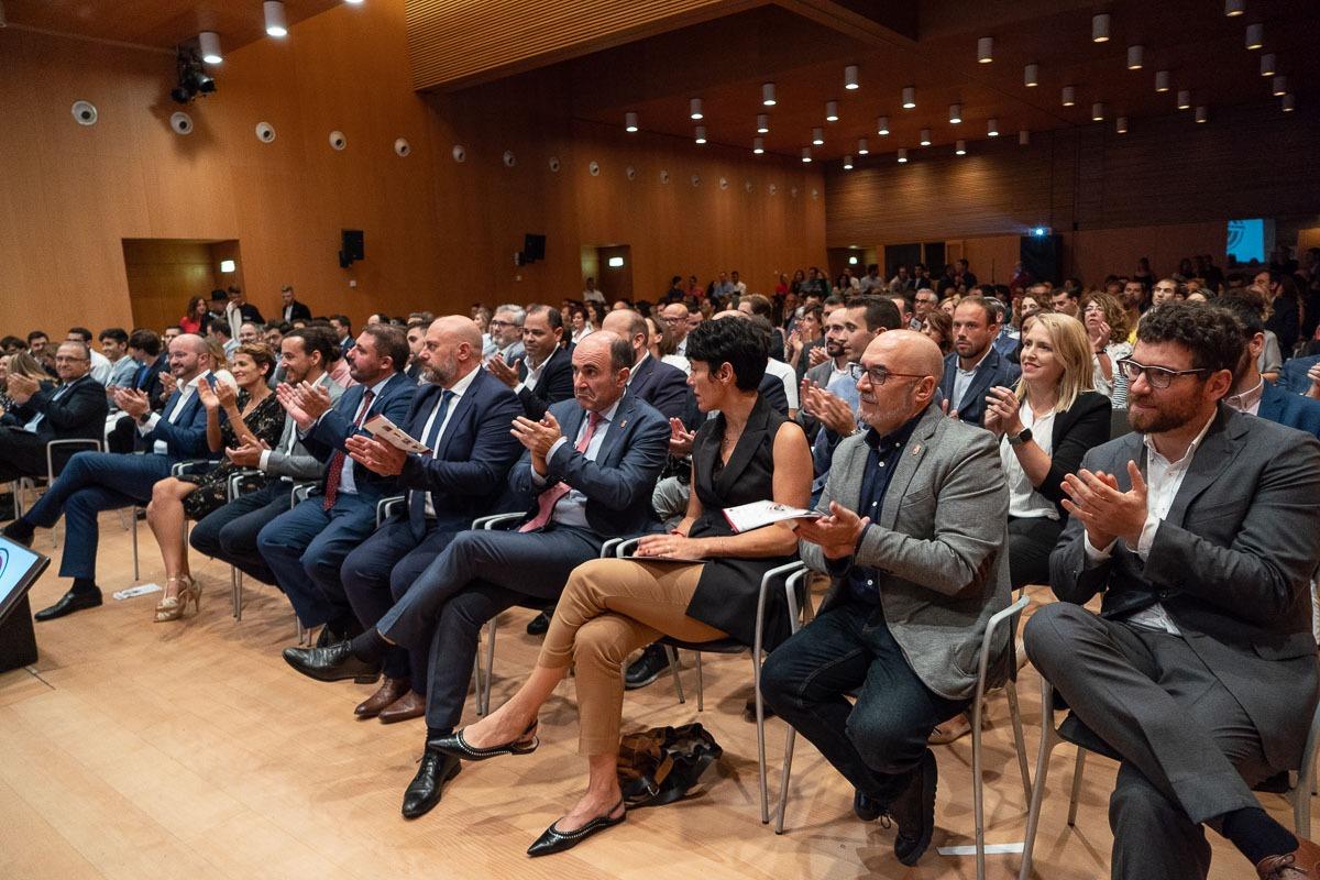 La presidenta del Gobierno de Navarra, María Chivite (tercera por la izquierda), también acudió a la gala de los premios.