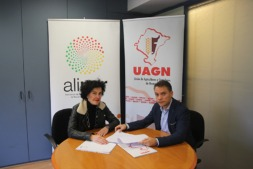 Cristina Lecumberri (ALINAR) e Iñaki Mendióroz (UAGN) tras la firma del acuerdo entre ambas entidades.