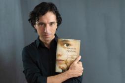 El escritor Andrés Pascual con su nueva novela 'A merced de un dios salvaje' (FOTO: Ainhoa Barrio).