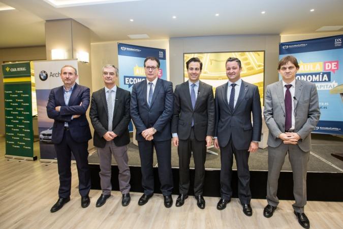 Foto de familia de los organizadores y patrocinadores del Aula de Economía DN junto con el primer invitado Pablo Zalba (FOTOS: Víctor Rodrígo)