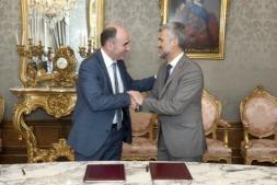 Ayerdi y Carlosena tras la firma del convenio entre NAITEC y la UPNA en el Palacio de Navarra.