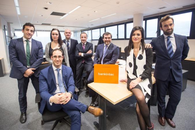 Foto de familia de los 8 profesionales que componen el nuevo Centro de Empresas de Bankinter en Nuevo Artica. (FOTOS: Víctor Rodrigo).