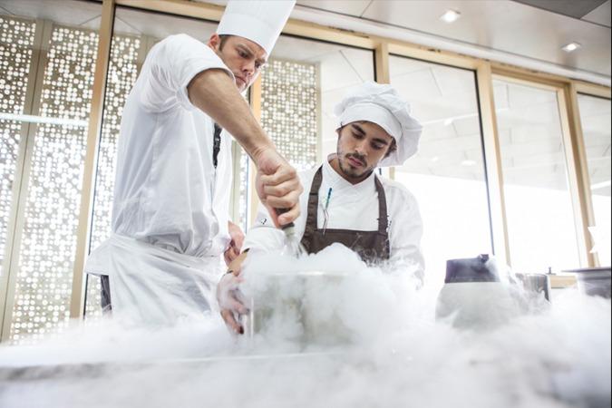 Alumnos del Basque Culinary Center cocinan con hidrógeno uno de sus platos.