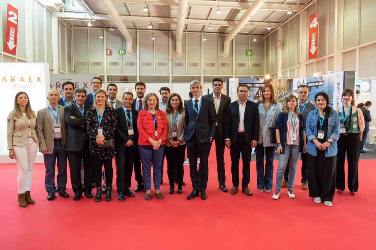 Foto de familia de las empresas asociadas a Nagrifood presentes en Basquisite junto a organizadores y autoridades presentes en el encuentro. (FOTO: Víctor Rodrigo)