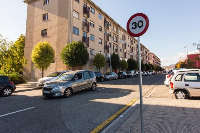 """Imagen de una de las calles de Berriozar marcada como """"Zona 30"""" (FOTO: Víctor Rodrígo)."""