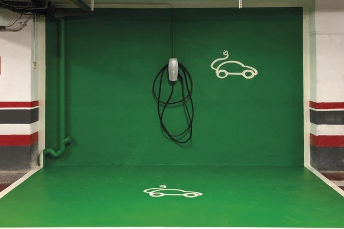 Uno de los puntos de recarga para vehículos eléctricos instalado en el parking de Hotel Tres Reyes.