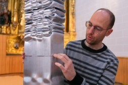 Carlos Irijalba , en un momento del proceso de montaje de la obra 'Hiato' para su exposición Extermporáneo en la capilla del Museo de Navarra. (Fotos: Víctor Rodrigo)