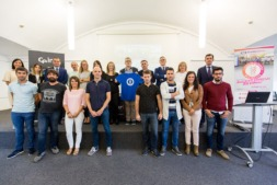 Foto de familia con patrocinadores, organizadores y start ups beneficiarias de la II Carrera de Empresas por la Innovación.