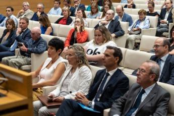 Elma Sáiz, Izaskun Goñi, Jose Luis Larriú y Virgilio Sagüés atendiendo a la ponencia de Navarro.