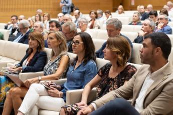 Adriana Maldonado y Pablo Arias atendiendo a la ponencia de Jaume Duch.