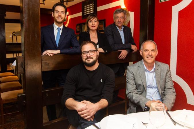 De pie, Sergio Sayas, Conchi Ruiz y Koldo Martínez. Sentados Guillén Carroza y Adolfo Araiz. (Fotos: Víctor Rodrigo)