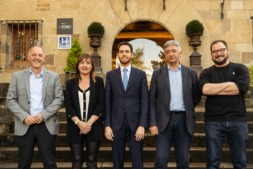 Los cinco intervinientes en el debate: Adolfo Araiz (EH Bildu), Conchi Ruiz (PSN), Sergio Sayas (Navarra Suma), Koldo Martínez (Geroa Bai) y Guillén Carroza (Unidas-Podemos), ante la entrada del Hotel Pamplona-El Toro. (Fotos: Víctor Rodrigo)