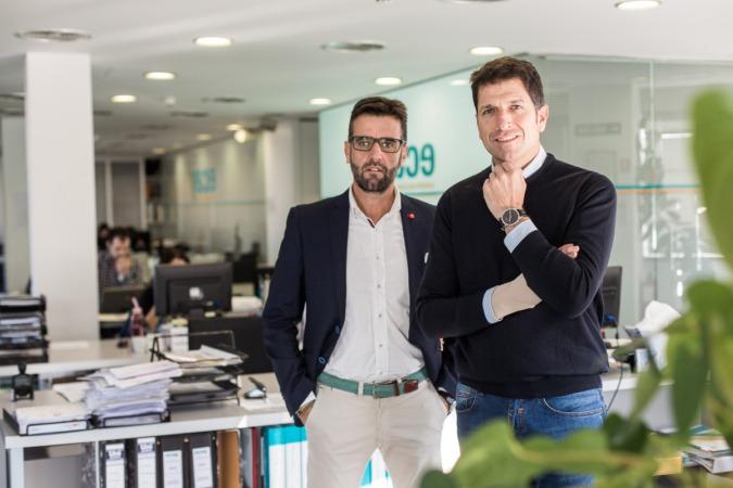 Fran e Iñaki Ecay, en las oficinas de la empresa.