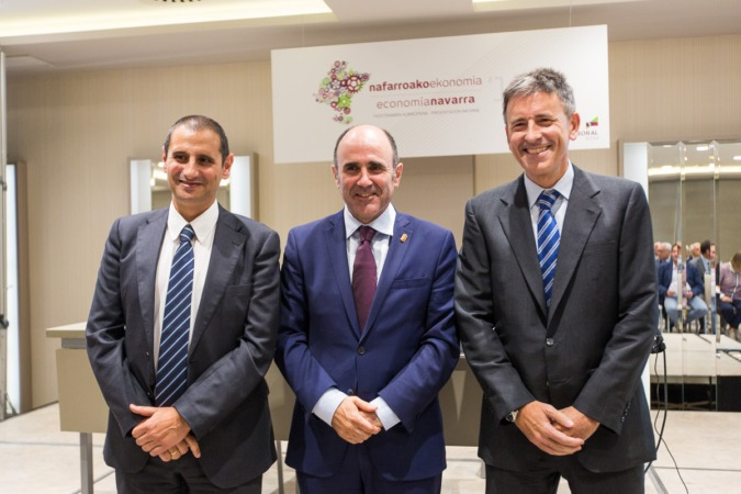 De I a D: Javier Cortajarena, Manu Ayerdi y Joseba Madariaga durante la presentación del Informe Economía Navarra 2016 de Laboral Kutxa.  (FOTO: Víctor Rodrígo).