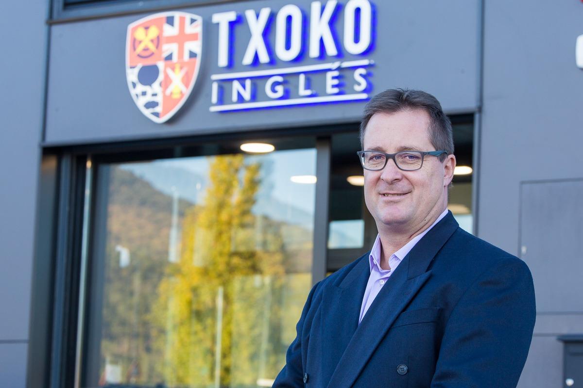 Imagen de Laurence Miqueleiz frente a la sede del Txoko Inglés. (FOTO: Víctor Rodrígo).