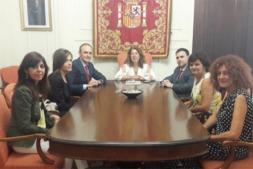La nueva junta directiva del Colegio de Graduados Sociales junto a la delegada del Gobierno en la Comunidad foral, Carmen Alba.