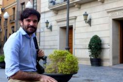 Eneko Larrarte, ante el Ayuntamiento de Tudela.