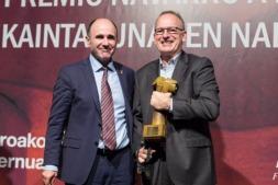 El secretario de ADEMNA, Fernando Tabar, recibe del vicepresidente Ayerdi el Premio Navarro a la Excelencia 2017. (FOTOS: Víctor Rodrígo).