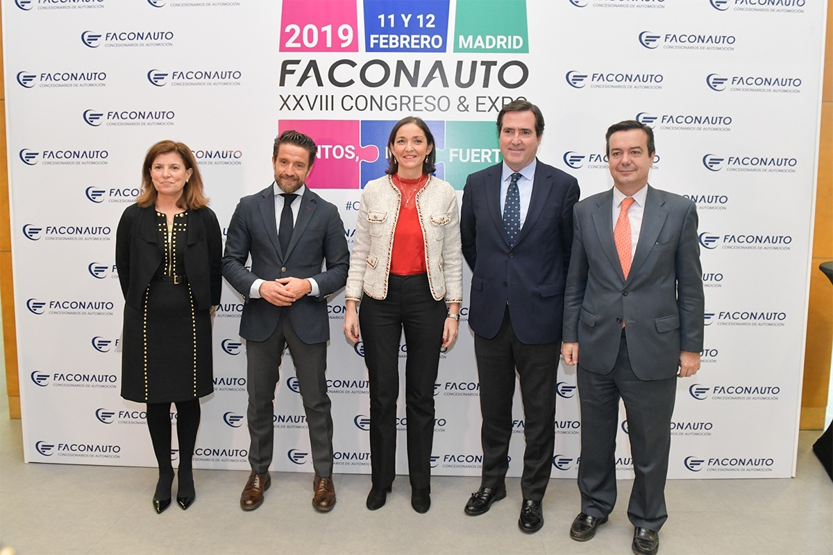 De izquierda a derecha: Marta Blázquez, vicepresidenta ejecutiva de Faconauto, Gerardo Pérez, presidente de Faconauto, Reyes Maroto, ministra de Industria, Comercio y Turismo, y Antonio Garamendi, presidente de CEOE
