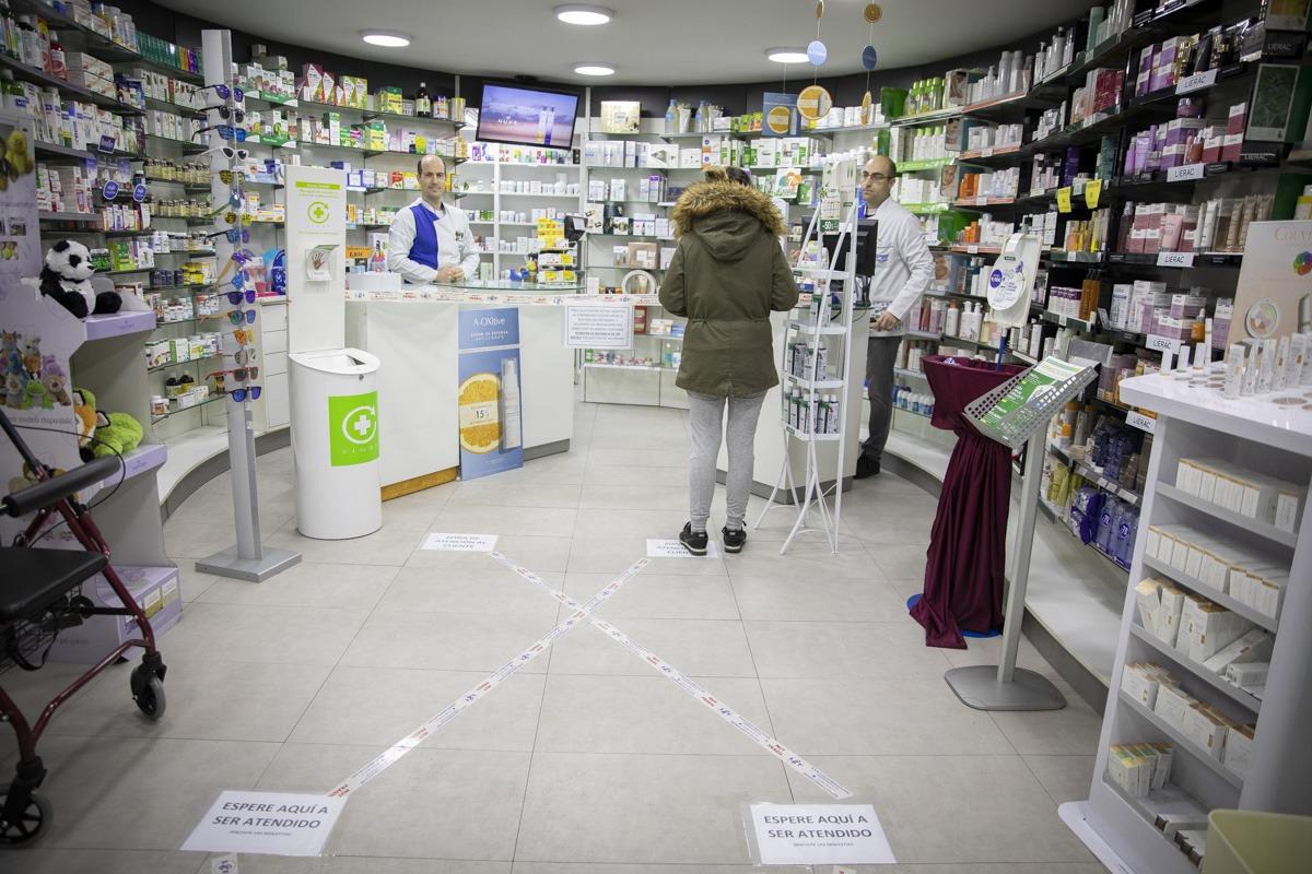 En la farmacia Borda han colocado distintivos en el suelo para que se respeten las medidas de seguridad.