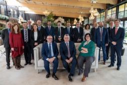 Los líderes participantes en la nueva sesión del Foro Empresas, en los salones del Hotel Pamplona El Toro. Sentados, Jesús Berisa, Juan Goñi y Pilar Irigoien.