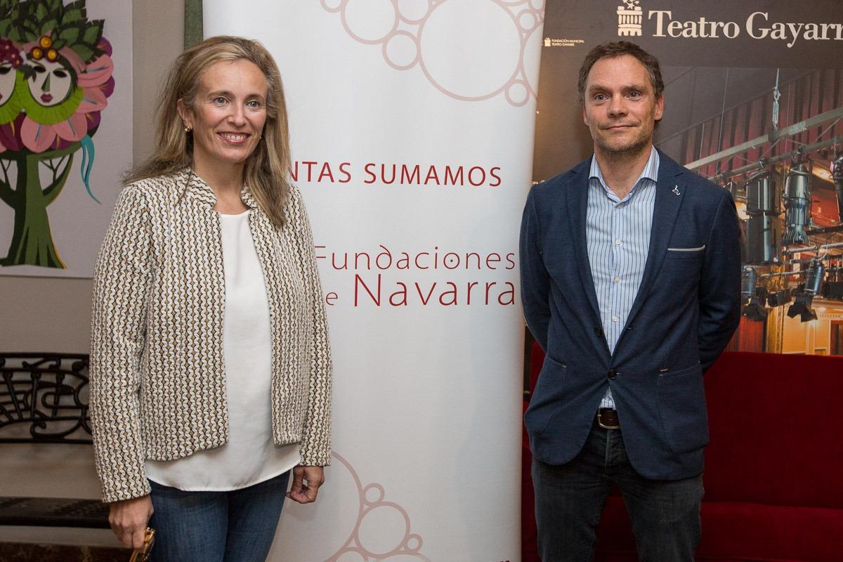Izaskun Goñi e IñakiMendioroz posan para los medios en el Teatro Gayarre antes de la rueda de prensa. (Fotos: Víctor Rodrigo)