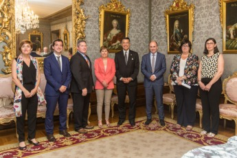 La presidenta Uxue Barkos y el gobernador de Nevada, Brian Sandoval, junto con representantes de ambas delegaciones, tras la firma del acuerdo de colaboración.