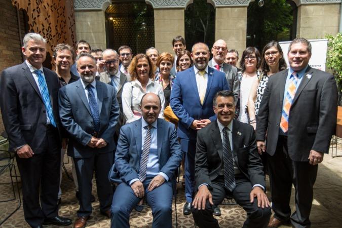 Manu Ayerdi y Brian Sandoval junto con representantes del mundo económico y empresarial de Navarra, tras un almuerzo de trabajo.