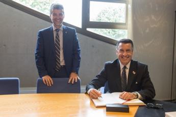 Firma del Gobernador de Nevada en el libro de Oro de la UPNA.