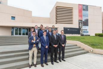 Las dos delegaciones, a las puertas del Museo Universidad de Navarra.
