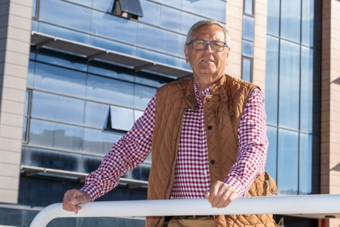 Helmut Karl Hampp, fotografiado ante la sede de NavarraCapital.es.